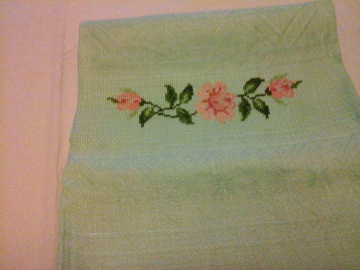 Asciugamano di fiandra ricamato a punto croce