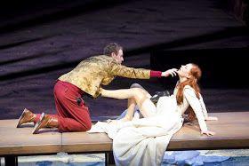 """Książę D'Alencon (Mateusz Rusin) i Margot (Wiktoria Gorodeckaja) w scenie ze spektaklu """"Królowa Margot"""""""