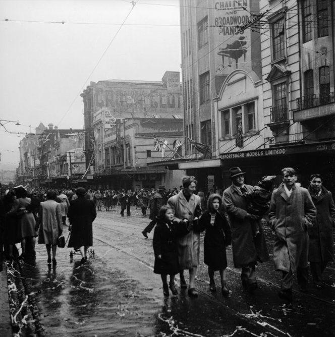 Bill ✔️  Crowds on VJ day, 15 August, 1945, Willis Street, Wellington. Photograph taken by John Pascoe.     Bill Gibson-Patmore.  (curation & caption: @BillGP). Bill✔️