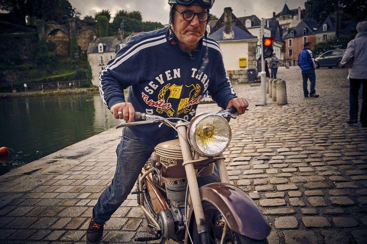 Yann et ses vieilles bécanes. Un des personnages du port de Saint-Goustan. Auray, Morbihan.