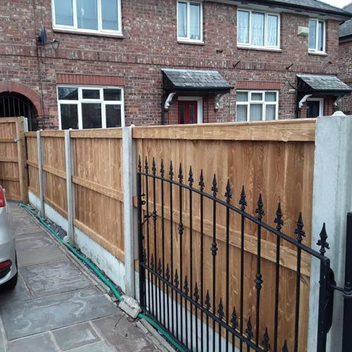 If you�re looking for a reliable, time-served team of tradesmen to install new fencing in Altrincham or the surrounding areas, look no further. We're also experts in fencing repairs, garden fencing, picket fencing and many more. At Altrincham Fencing, we�ve been helping property owners to provide additional security
