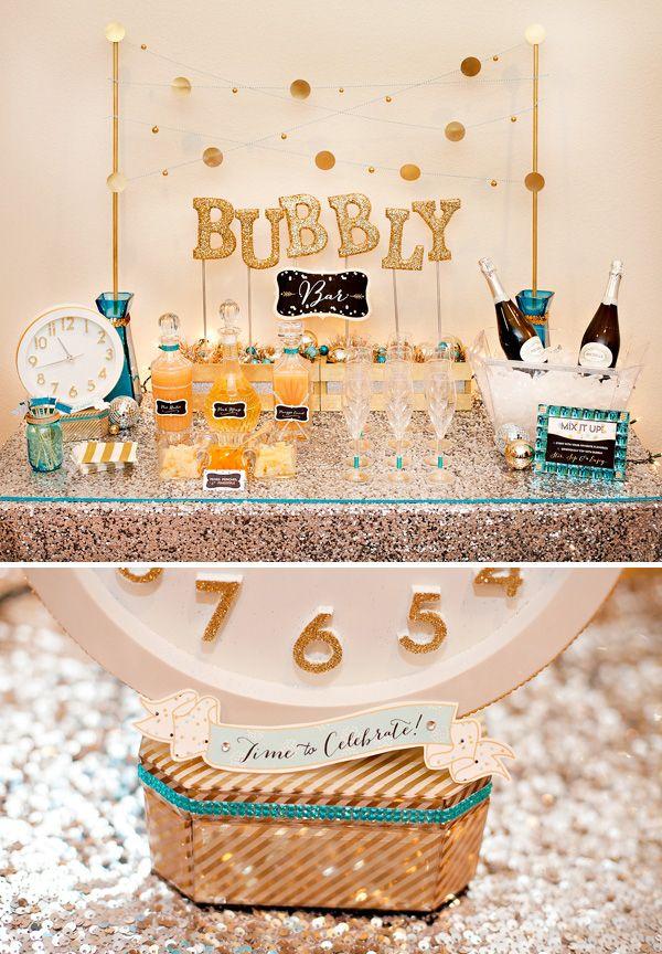 Em vez de pré-mistura de um soco champanhe, configurar um bar borbulhante. | 21 Fun Ways To Have A Fancy And Delicious New Year's Eve