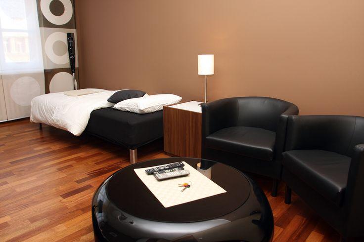 Sypialnia i fotele ze stolikiem  http://www.rainbowapartments.pl/apartament-brazowy/
