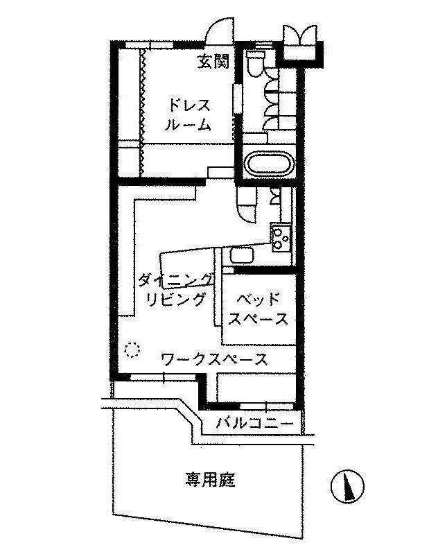 玄関ドアを開けるとぱっと広がるタイル敷きの広い土間。ちょっとした段差の先は壁を取り払った広がりのある空間と小さな庭につながっていました。  改装をされたのは約5年前。空間デザインを仕事とするご主人が設計されたそうです。奥様が家で仕事をされることから、仕事と子育ての両立を考えて、ゆるくつながるワンルームとなったそうです。売主のように家で仕事をする人や、小さなお子さんやペットのいる人に向いた空間。  特徴的なのはまず土間です。元々は玄関の先に細い廊下と寝室があったそうですが壁を取り払って広い玄関ホールとしています。奥様が服飾関係のお仕事のため、帽子や洋服のフィッティング等に使ったり。見上げると天井に設置された収納棚には書籍がびっしり。ちなみに土間の壁のカーテンの先は広い収納スペースになってます。…