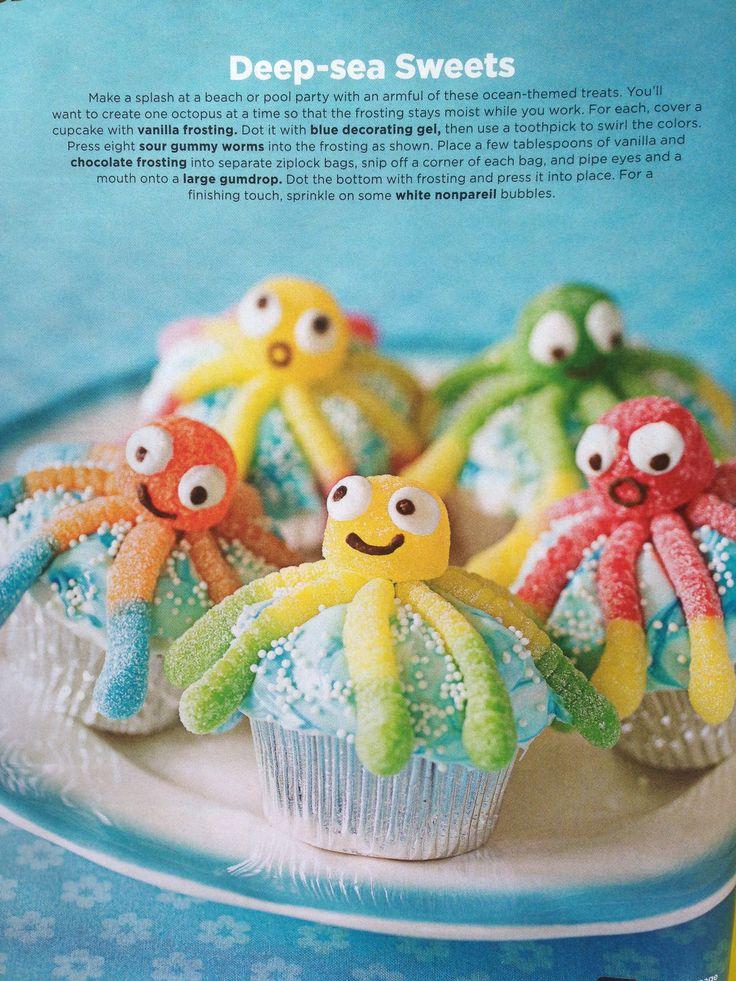 Octopus. Nodig: Muffinmix + ingr., bl. bakvormpjes, Glazuur, Blauwe kleurstof, Zure wormen, Spek bollen, Wilton oogjes, Chocolade glazuurstift.  Werkwijze: Bereid en bak de muffins volgens de verpakking en laat ze afkoelen. Verwarm het glazuur en meng dit met een paar druppels blauwe kleurstof. Dip de muffins in het glazuur. Maak nu met de zure wormen en de spekbol een octopus. Plak met de glazuurstiften de oogjes op en teken een mondje.