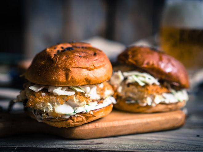 Домашний бугрер с рыбой   Рецепт бургера в домашних условиях с рыбой порадует всех любителей морепродуктов. Приготовить его можно с филе любимой рыбки, а вкус обогатить свежеприготовленным капустным салатом и соусом тар-тар.  ингредиенты из расчета на 1 булочку:  1 булочка для бургера, 150 г рыбного филе, 50 г нашинкованной капусты, 3 ломтика огурца, укроп, 1 яичный белок, 2 ст. ложки панировочных сухарей, 1 ст. ложка майонеза, 1 ст. ложка растительного масла, 1 ст. ложка рассола с…