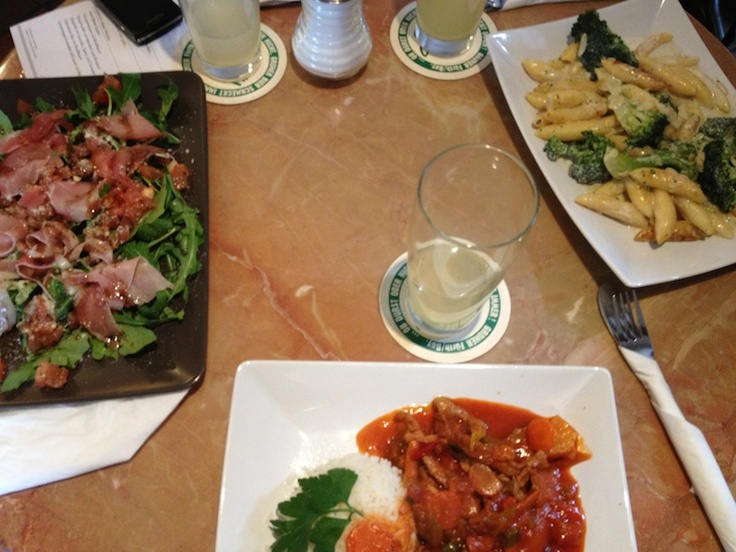 Leckere Mittagskarte im Cycles Erlangen. Ruccola Salat, Geschnetzeltes Süß/Sauer und Schupfnudeln.