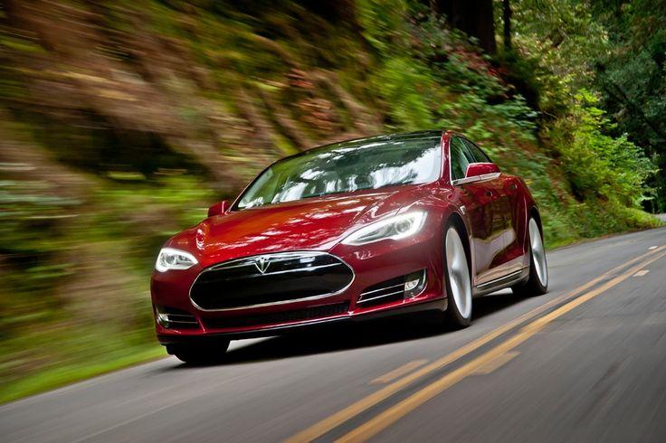 Tesla Model S Signature in strada