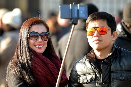 An immer mehr Orten trifft man auf stöckchentragende Deppen, die ihren Arm mit einer ausziehbaren Stange künstlich verlängern, um peinliche Selfies zu produzieren