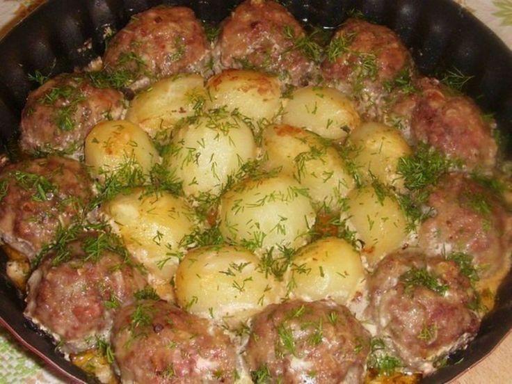 chiftelute cu cartofi si sos de smantana, la cuptor. O masa rapida si delicioasa!