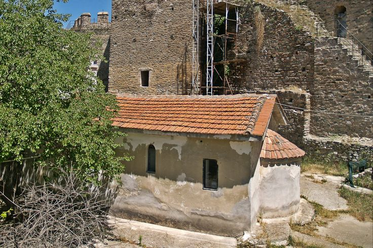 The small chapel of Agios Eleftherios from inside the old prison of Yenti Koule - Eptapyrgio. (Walking Thessaloniki, Route 08 - Seven Towers)