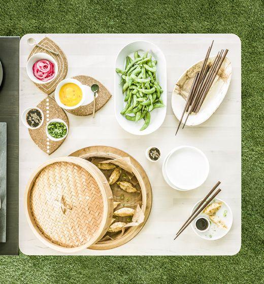 Pohľad na prestretý stôl s lososovými haluškami v bambusovom paráku
