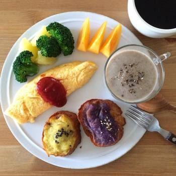 Keiさんのワンプレートは、必ず真上から撮影され、〈Rimout(リモウト)〉ブランドの《NOISETTE(ノワゼット)》シリーズのプレートが使われているのが特徴です。この優しくあたたかみあるプレートが、Keiさんの色鮮やかな朝食をより引き立てています。さつまいもと紫芋にマッシュルームスープ、チーズオムレツ、じゃがいもとブロッコリーに柿。