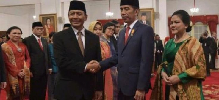 """Wiranto Anggap Jokowi Lebih Baik Ketimbang Suharto Habibie dan Gus Dur Alasannya?  KONFRONTASI-Menteri Koordinator Bidang Politik Hukum dan Keamanan (Mekopolhukam) Wiranto membeberkan pengalamannya yang pernah menjadi menteri di empat pemerintahan berbeda.  Dari keempat gaya pemerintahan pernah dia alami Wiranto menganggap pemerintahan Joko Widodo dan Jusuf Kalla (JK) yang terbaik masalah urusan kerja.  """"Saya jamin pemerintah Jokowi-JK ini yang paling baik. Tidak ada hari tanpa rapat…"""