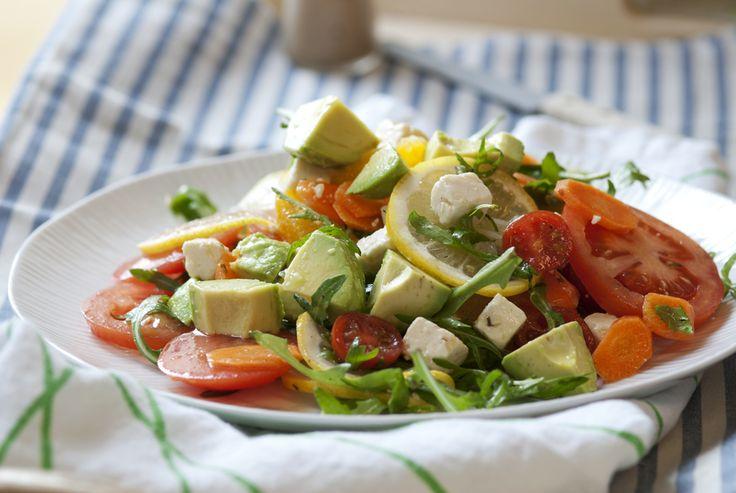 Salat med tomat, gulrot, feta og avokado