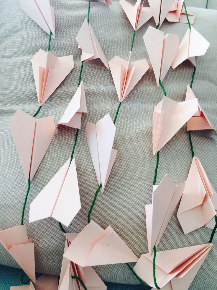 Viaggiare sulle ali di romantici aeroplani rosa! #peperosadesign #paper #aeroplanini #love #wedding #tableaudemariage www.peperosalab.it
