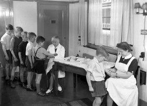 Schoolarts - Rene van Maarsseveen. Elk jaar op school krasjes om te controleren op tuberculose.