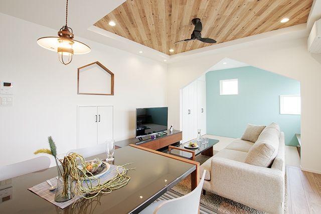 造作 アクセントクロス充実 折り上げ天井のリビングでくつろぐ家