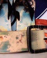 En Colombiatex se exhibieron estas sandalias y cinturón de cuero estampados con un mismo diseño por estampación digital. Hoy en día, la tecnología de estampación digital permite a un bajo costo, la estampación de diversidad de sustratos aptos para las industrias de la moda incluyendo marroquinería y calzado, accesorios, marquillas, tejeduría y confección de prendas tanto femeninas como masculinas, y ropa exterior como interior.