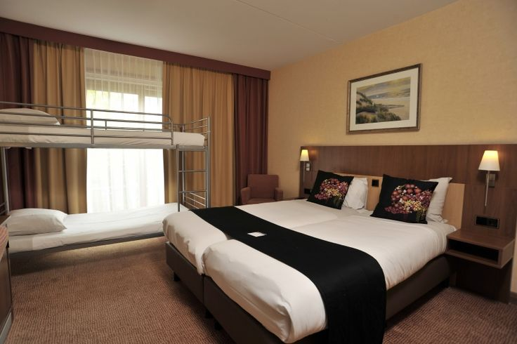 Een comfortabele kamer voor het hele gezin. De familiekamers zijn landzijde kamers ingericht met twee eenpersoonsbedden en een stapelbed geschikt voor 2 kinderen tot 14 jaar.