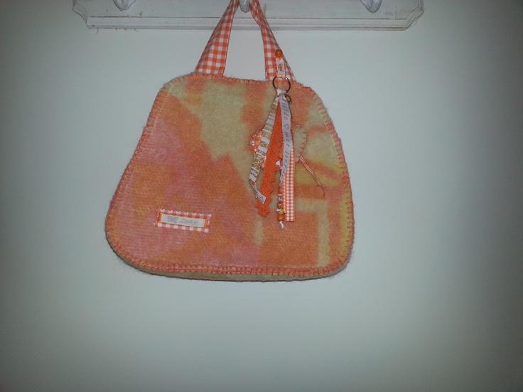 oranje handtas gemaakt van een oude deken