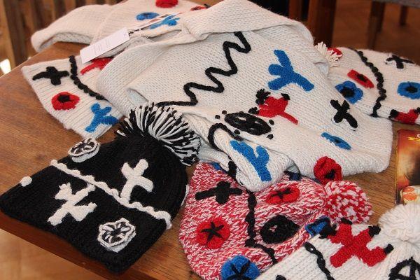 Vaatesuunnittelija Paola Suhonen toteutti neulemalliston yhteistyössä perulaisten käsityöläisnaisten kanssa./Paola Suhonen designed a collection with Peruvian artisan women. Kuva/Photo: Emilia Rodriguez
