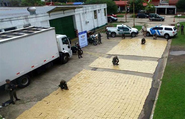 La Gendarmería Nacional decomisó 3500 kilogramos de marihuana en un operativo realizado en la ciudad correntina de Ituzaingó, informó ayer el Ministerio de Seguridad de la Nación.   #corrientes