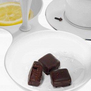 С половины лимона очистить цедру, сам цитрусовый отложить — больше он не понадобится. Смешать глюкозу, цедру, имбирь, всыпать смесь в сливки. Все это вылить в сотейник и довести до кипения на среднем огне, дать остыть до 70 градусов. Пока смесь остывает, растопить молочный шоколад и нагреть до 50 градусов. Смешать со сливочной смесью.