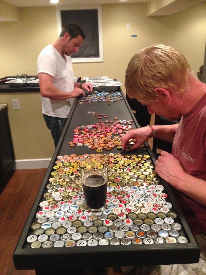 Um homem coletou por cinco anos todas as tampinhas de garrafas de cerveja que podia. O objetivo foi construir um balcão que ele mesmo projetou para sua casa.