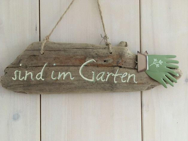 """*Treibholzschild mit Deko-Handschuhen (metall)  Text: """"sind im Garten"""" zweifarbig (creme/hellgrün)  Hinweis-Schild für Gäste + zur Aufhängung an der Haustür oder """"Gartenpforte""""..."""
