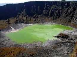 The El Chichon volcano in Mexico Unikající magma bylo extrémně bohaté na síru,Na vrcholu sopky vzniklo po erupci kráterové jezero, ve kterém se z okolních hornin začala koncentrovat vyloužená síra. Postupným zvyšováním koncentrace vedlo ke vzniku kyselého kráterového jezera, ve kterém se nachází koncentrovaná kyselina sírová. V roce 2000 došlo k nárůstu teploty jezerní vody.