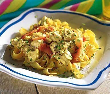 Denna krämiga och snabblagade laxpasta kommer bli uppskattad av både vuxna och barn. Gör din sås av bland annat krispiga äpplen, rökt lax, lök och crème fraiche som smaksätts med curry och vitlök. Servera den mumsiga såsen med pasta och gräslök.