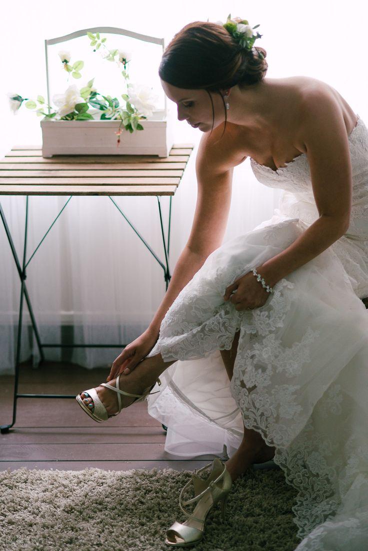 Bride getting ready, morsian pukeutuu. Hääkuvaaja Oulu.