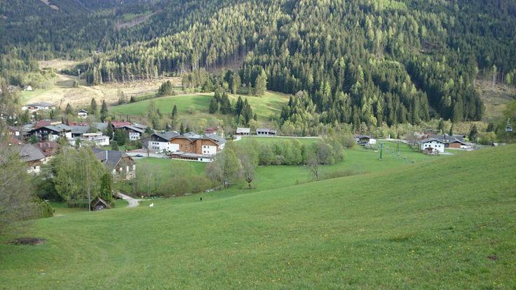 Blick von der Sonnwiesenabfahrt auf das Hotel Almrausch in Bad Kleinkirchheim, Nockberge. www.almrausch.co.at