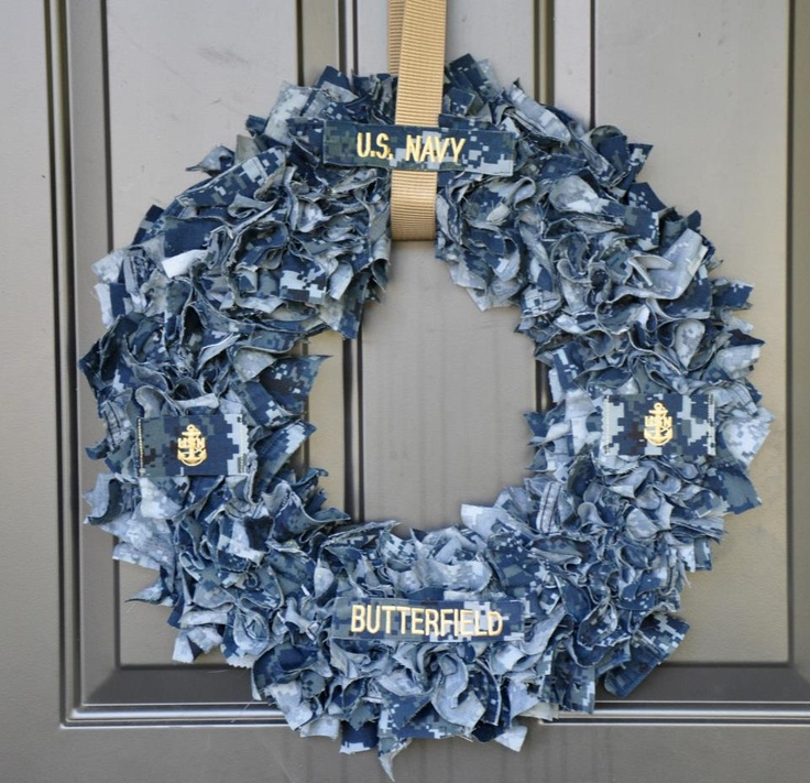 Love this military wreath! So awesome! Made with patches from his uniform and hung with his uniform belt <3 I'd need an Air Force one of course ;)