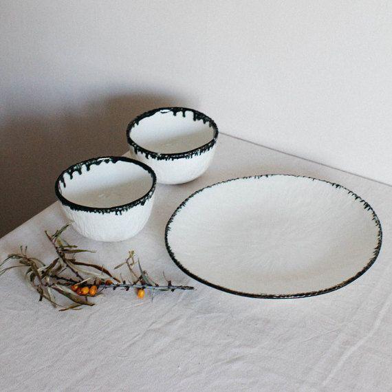 Steinzeug Satz zwei Schüsseln und einen Teller.  Diese Keramik Geschirr hat weiße geschnitzten Oberflächen, metallische Felgen und durch transparente Glasur bedeckt ist.  Das Feinsteinzeug Platten ist perfekte Weihnachts-Geschenk für eine Person, die Ästhetik und Gemütlichkeit bei ihm zu Hause liebt.  Messungen: -Durchmesser der Platte - 27 cm/10,7  Schalen - 11 cm * 7cm / 5,1* 2.8 Capasity - 350 ml. 11,8 oz  Diese Steinzeug-Platten sind komplett handgefertigt aus Fayence ohne Verwe...