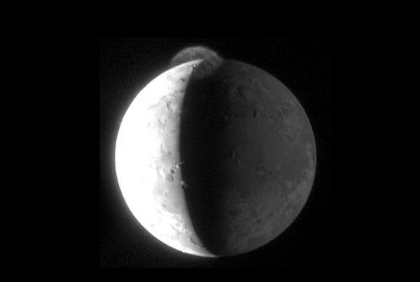 Éruption volcanique sur Io, une lune de Jupiter. Le volcan, appelé Tvashtar projette des cendres à 300 kms d'altitude. Sonde spatiale New Horizons ©NASA/JPL