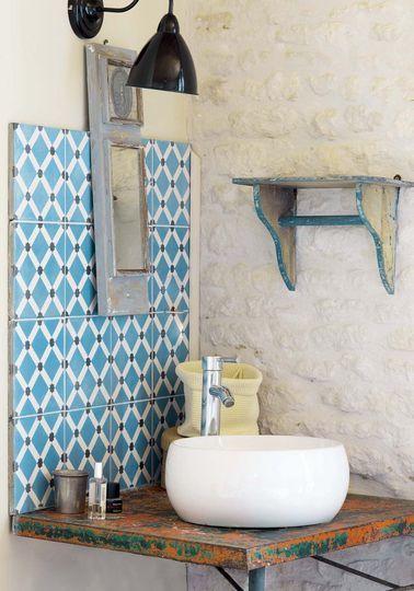 Petit miroir, grand effet dans la salle de bains - Oléron : une maison couleurs vacances - CôtéMaison.fr