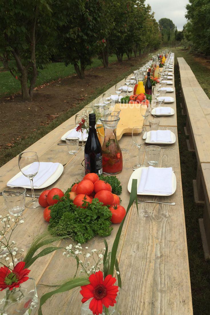 WOODIEZ | Bruiloft diner aan lange steigerhouten picknicktafels, in de buitenlucht! #bruiloft #inspiratie #diner #picknicktafel