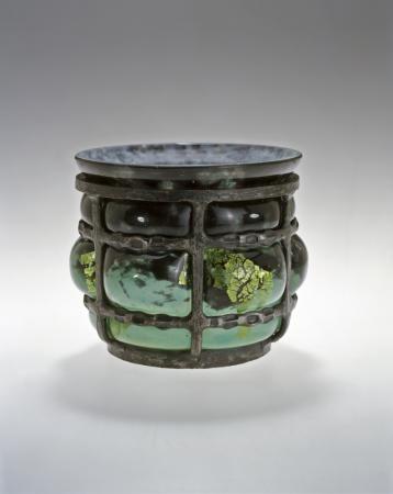 Daum Frères & Louis Majorelle (1859-1926). Vase cloisonné. C. 1925. Verre, inclusions métalliques, monture en fer forgé. Musée de l'École de Nancy - France