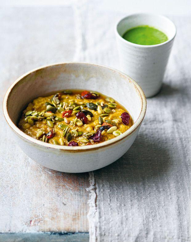 Groene eiwitsmoothie, pompoenhavermout met specerijen en gemengde zaden en bessen