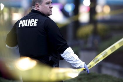 Полиция Мэриленда арестовала подозреваемых в убийстве россиянина Зиберова       Полиция округа Монтгомери (штат Мэриленд, США) арестовала троих подозреваемых в убийстве 18-летнего россиянина Артура Зиберова. По информации СМИ, в машину, в которой находились двое подростков, убийцы выпустили более 30 пуль. Один из погибших получил 4 ранения, другой — 10.