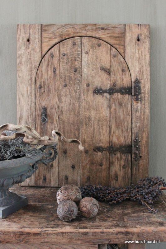 Oude houten deur met gietijzeren beslag accessoires en decoraties huis haard pinterest for Deco oude huis