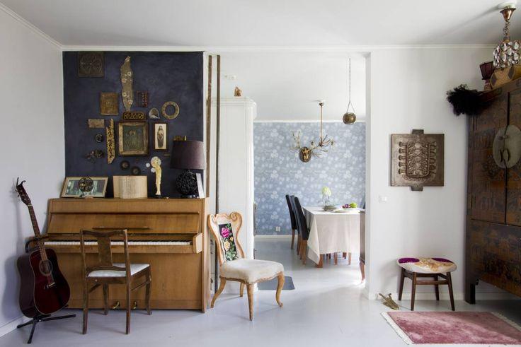 Koti kuin satukirjan sivuilta. Tavaroilla on tarinoita, portaat narisevat ja huolettoman tunnelman rentous nappaa mukaansa. Vanhat esineet ja kauniit tapetit nousevat hyvin esiin, kun osa seinistä ja lattia ovat raikkaan vaaleanharmaita.