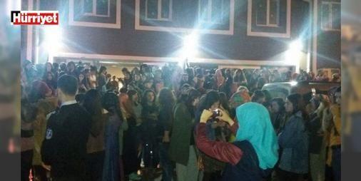 Üniversite yurdu önünde gece vakti kız kaçırma protestosu : Zonguldakın Kozlu ilçesinde Bülent Ecevit Üniversitesinde eğitim gören 1600 kız öğrencinin kaldığı Kredi Yurtlar Kurumuna ait Nesibe Hatun Öğrenci Yurdunda 4 gün içinde 2 kız öğrencinin kaçırıldığını iddia eden öğrenciler sokağa çıkarak yurda girmeme eylemi başlattı.  http://ift.tt/2e1qIsZ #Türkiye   #kız #öğrenci #Üniversite #kaçırıldığını #Yurdu