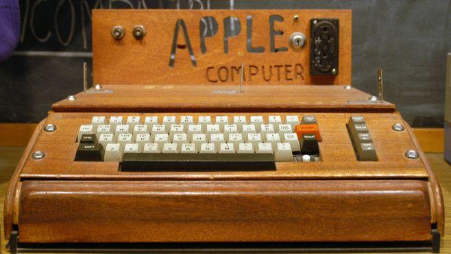 1975-Apple 1Aller Anfang ist schwer, aber anders als es das Bild vermuten lässt, war Apple mit dem Apple I nicht auf dem Holzweg. Der vom Apple-Gründer Steve Wozniak gebaute Rechner entstand 1975. Zwar baute man den in liebevoller Handarbeit hergestellten Rechner nur einige hundert Male, aber bereits der Nachfolger führte das Unternehmen zum Erfolg. Heute sind noch 63 Geräte namentlich bekannt, Auktionen erzielen Preise jenseits der 500.000 Euro.