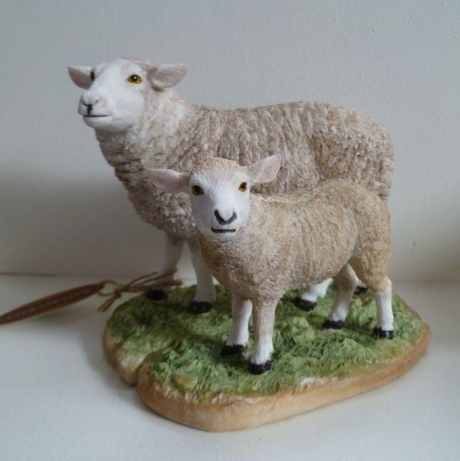Decoratiebeeldjes: Een decoratiebeeldje van een schaap en een lammetje op een plateau.