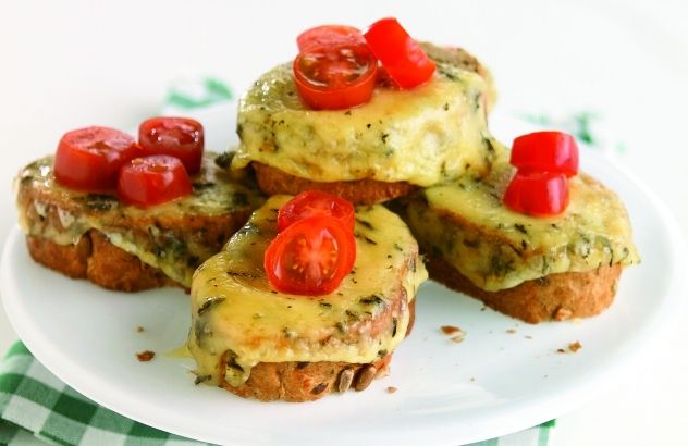 Crostini met brandnetelkaas en kerstomaten - Lekker van bij ons !
