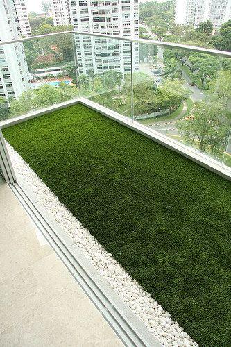 balcón con césped sintetico