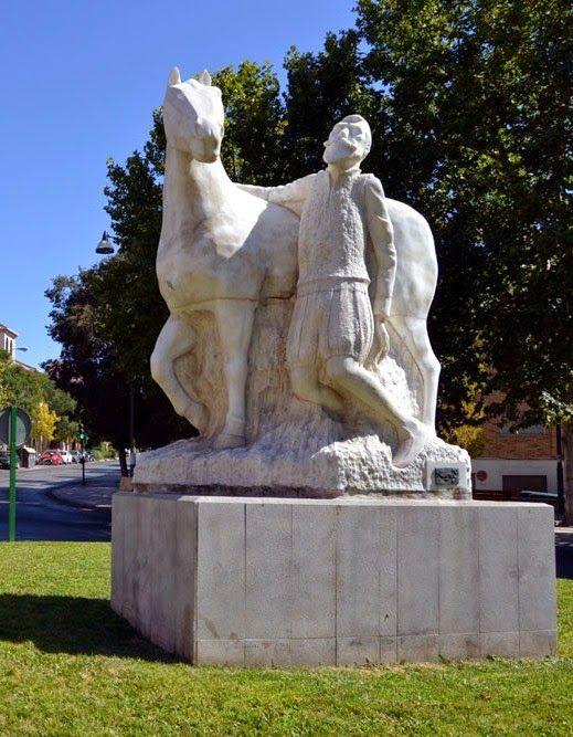 Don Quijote y Rocinante. (Arcadio Roda) Esta escultura alegórica a Cervantes corona la rotonda de la avenida dedicada al escritor . Granada